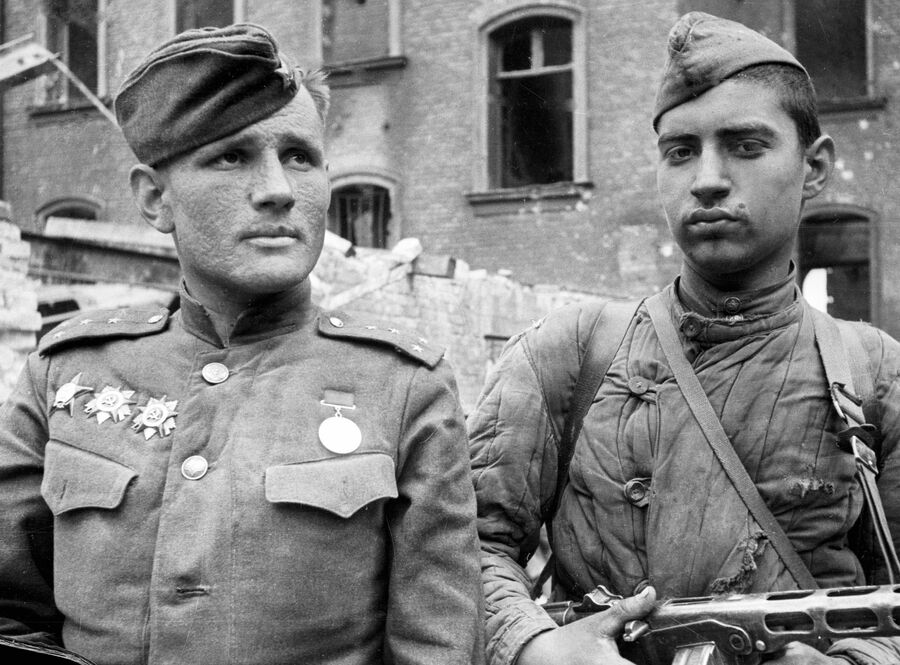 Герои боев за Берлин командир батальона капитан Степан Неустроев и младший сержант Петр Щербина