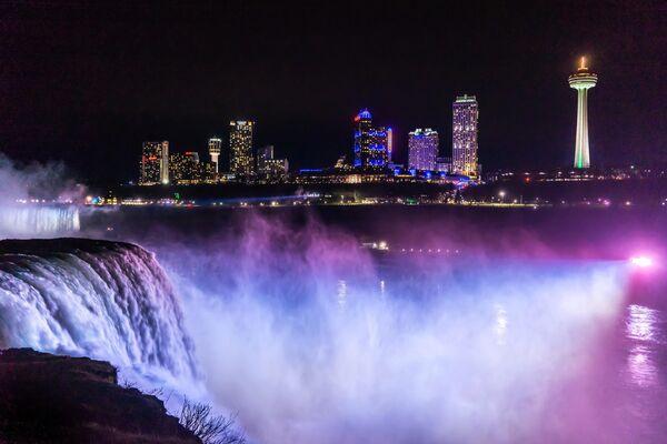 Вечерний вид на водопады со смотровой Государственного парка Ниагарского водопада в штате Нью Йорк, США