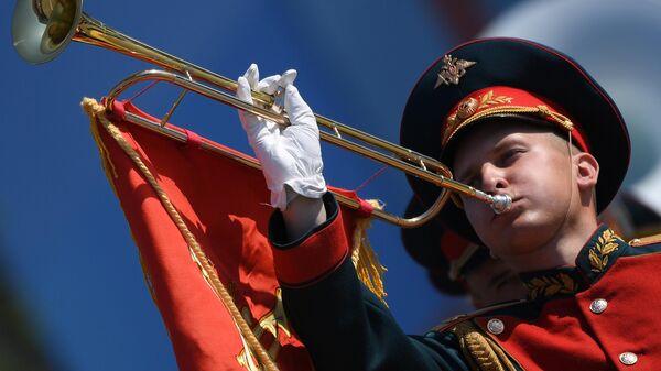 Военнослужащий парадного расчета на генеральной репетиции военного парада на Красной площади