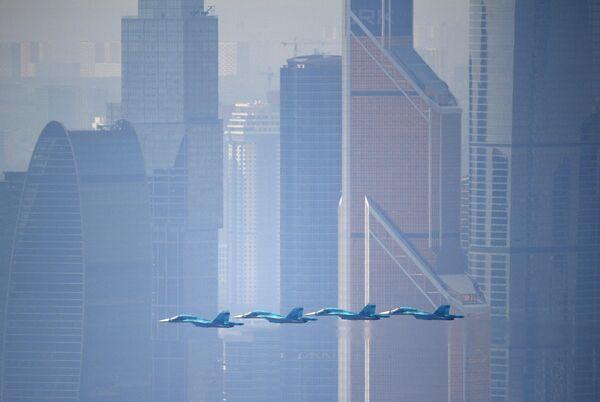 Истребители-бомбардировщики Су-34 на генеральной репетиции военного парада