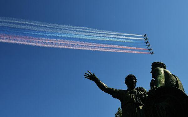 Штурмовики Су-25 БМ на генеральной репетиции военного парада на Красной площади