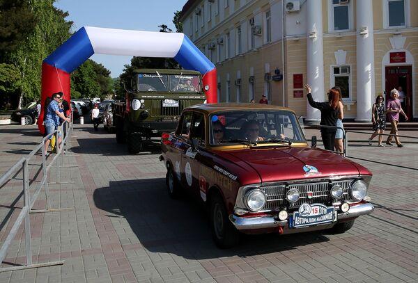 Участник юбилейного пятого авторалли Нахимов на автомобиле Москвич-412 на финише в Геленджике