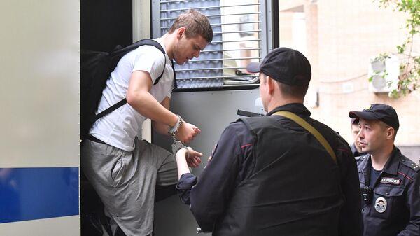 Футболист Александр Кокорин выходит из автозака у здания Пресненского суда города Москвы. 8 мая 2019