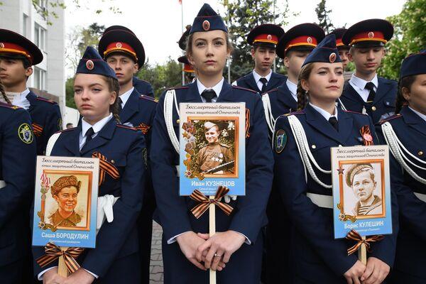 Участники акции Бессмертный полк в Севастополе