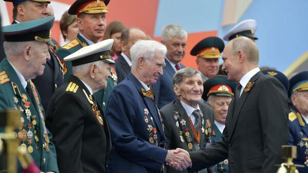 Президент РФ - верховный главнокомандующий вооружёнными силами РФ Владимир Путин перед началом военного парада в ознаменование 75-й годовщины Победы в Великой Отечественной войне 1941–1945 годов на Красной площади в Москве