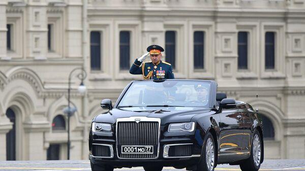 Министр обороны РФ Сергей Шойгу на автомобиле Aurus Senat на военном параде на Красной площади