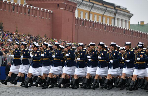 Сводный парадный расчет женщин-военнослужащих Министерства обороны РФ на военном параде на Красной площади, посвящённом 74-й годовщине Победы в Великой Отечественной войне
