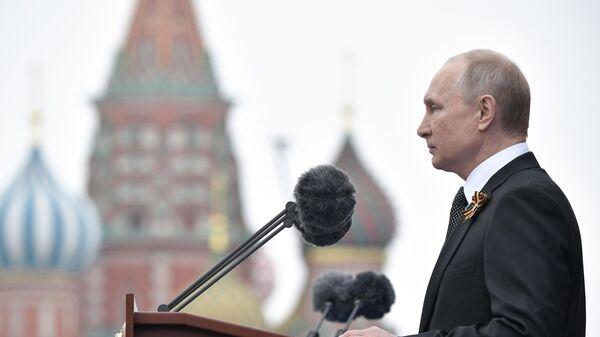 Президент РФ Владимир Путин выступает перед началом военного парада в ознаменование 74-й годовщины Победы в Великой Отечественной войне 1941–1945 годов на Красной площади в Москве
