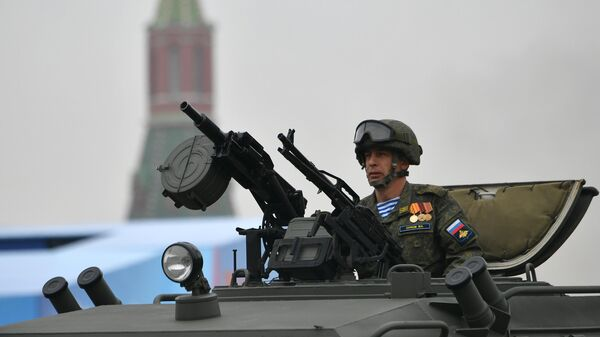 Военнослужащий в кабине бронеавтомобиля Тигр на военном параде на Красной площади, посвящённом 74-й годовщине Победы в Великой Отечественной войне