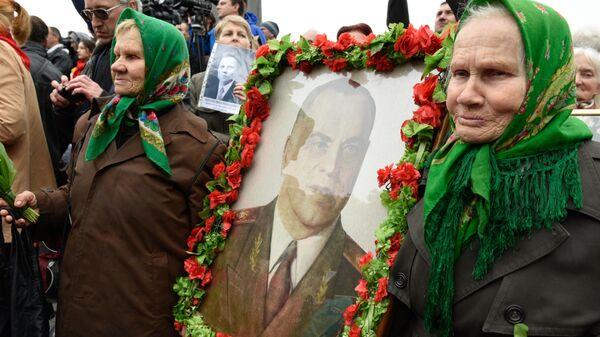 Украинские сестры Мария и Галина с портретом маршала Георгия Жукова на акции Бессмертный полк в Киеве, посвященной 74-й годовщине Победы в Великой Отечественной войне