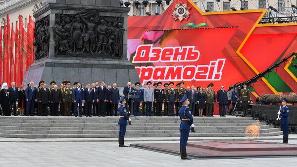 Президент Белоруссии Александр Лукашенко на церемонии возложения венка к монументу Победы в Минске, посвященной Дню Победы