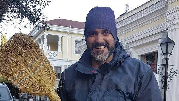 Болгарский журналист подарил крымскому дворнику путевку в Москву