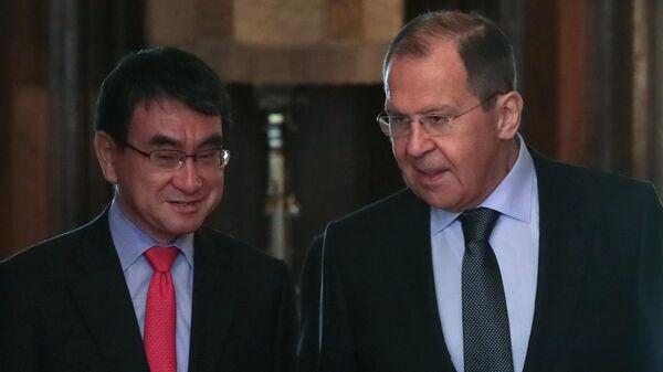 Министр иностранных дел РФ Сергей Лавров и министр иностранных дел Японии Таро Коно во время встречи в Москве