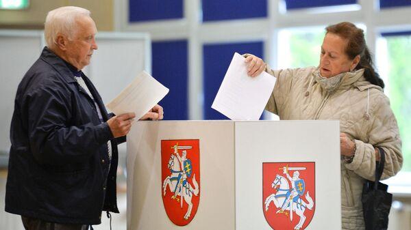 Избиратели во время голосования на выборах президента Литвы. 12 мая 2019