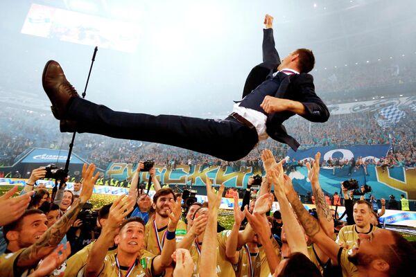 Игроки Зенита качают главного тренера Сергея Семака