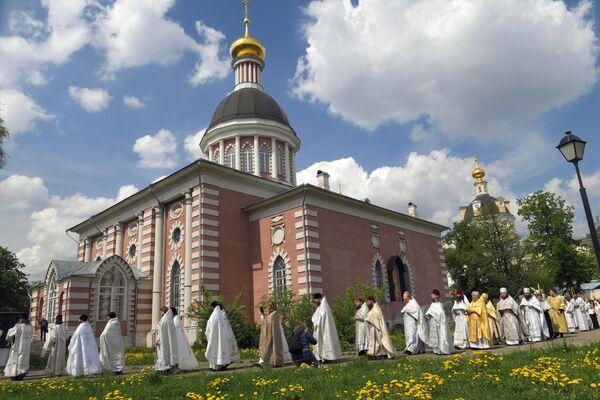 Священники совершают крестный ход рядом с Рождественским храмом в духовном центре старообрядчества Рогожская слобода в Москве