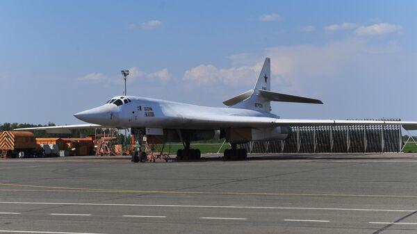 Сверхзвуковой бомбардировщик Ту-22М3М Валерий Чкалов на площадке осмотра авиационной техники на территории Казанского авиационного завода имени С. П. Горбунова