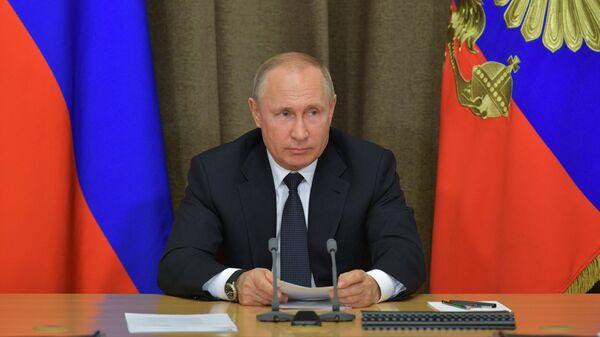 Президент России Владимир Путин проводит совещание по вопросам военного строительства и развития ВПК