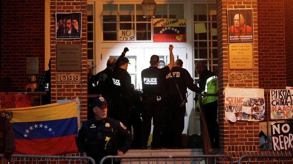 Агенты секретной службы США перед входом в посольство Венесуэлы в Вашингтоне. 13 мая 2019