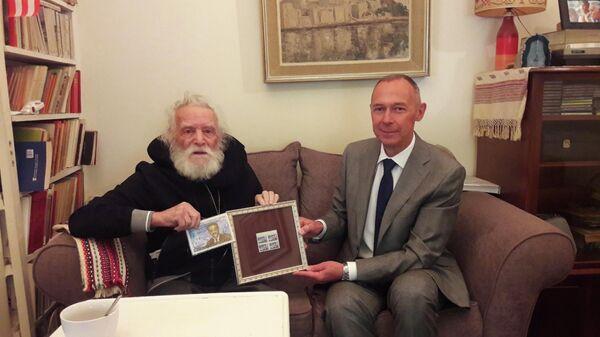 Вручение герою Греции Глезосу марки с его портретом