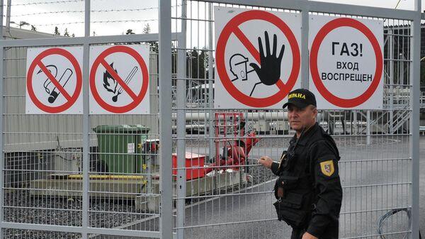 Охранник у входа на территорию компрессорной станции Портовая