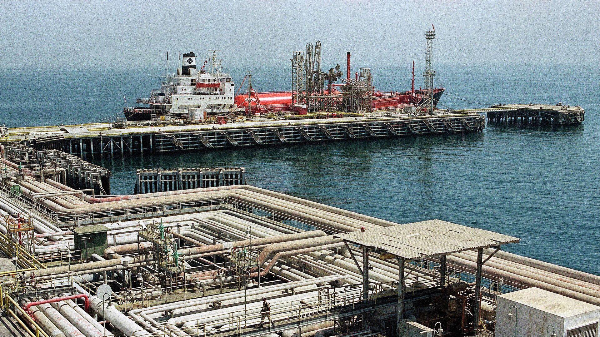 Нефтяные трубопроводы и порт в Рас Таннуре, Саудовская Аравия - РИА Новости, 1920, 14.05.2019