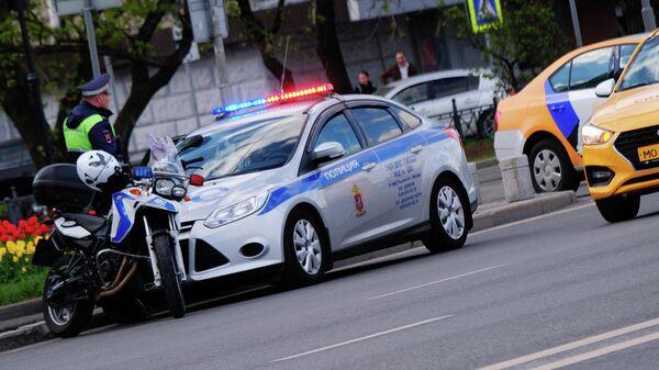 Автомобиль и мотоцикл полиции