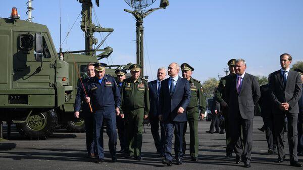 Президент РФ Владимир Путин во время посещения 929-го Государственного летно-испытательного центра Министерства обороны РФ имени В. П. Чкалова. 14 мая 2019