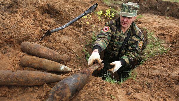 Член специальной группы разминирования на месте обранужения боеприпасов периода Великой Отечественной войны