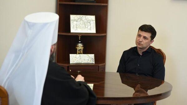 Избранный президент Украины Владимир Зеленский и митрополит Епифаний во время встречи в Киеве