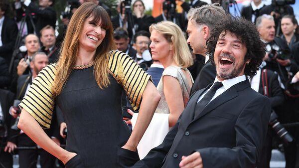 Французский композитор и актер Ярол Пупо и его супруга, актриса Кэролайн Де Мегре на красной дорожке церемонии открытия 72-го Каннского международного кинофестиваля