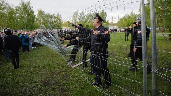 Сотрудники полиции и протестующие в сквере у театра драмы в Екатеринбурге, где планируется построить храм святой Екатерины