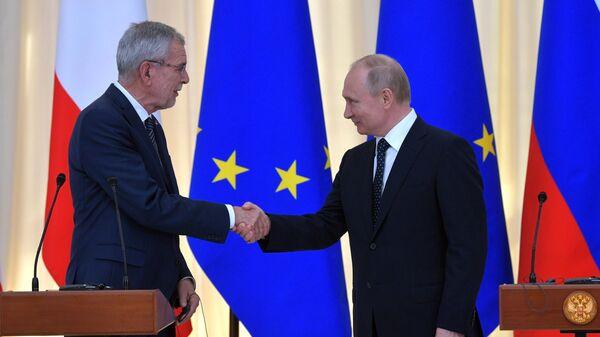 Президент РФ Владимир Путин и федеральный президент Австрийской Республики Александр Ван дер Беллен на совместной пресс-конференции