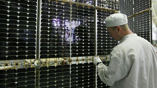 Сборка солнечных батарей для навигационного космического аппарата