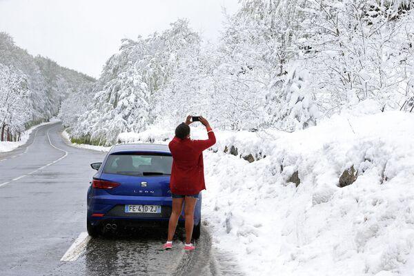 Снег на перевале Виццавона, недалеко от Боконьяно на острове Корсика. 15 мая 2019 года