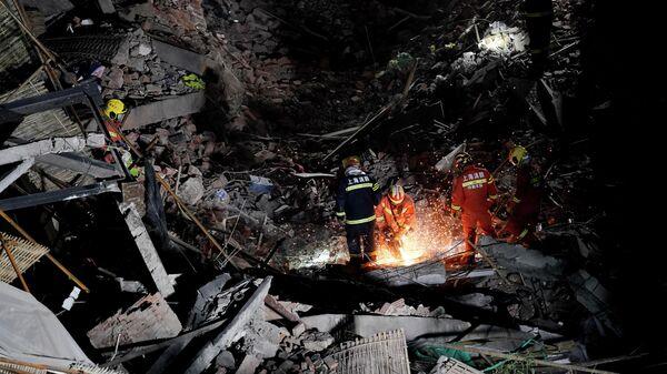 Пожарные на месте обрушения здания в Шанхае, Китай. 16 мая 2019