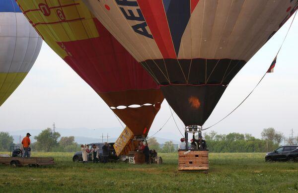 Подготовка воздушных шаров к запуску на фестивале воздухоплавания Небесная ривьера в Краснодарском крае