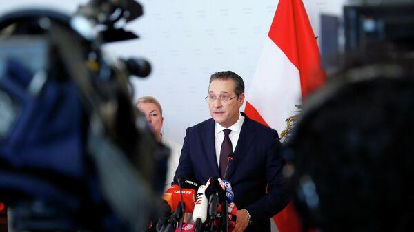 Вице-канцлер Австрии Хайнц-Кристиан Штрахе выступает перед СМИ в Вене, Австрия. 18 мая 2019