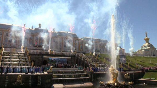 Фейерверк и запуск фонтанов: в Петергофе открыли летний сезон