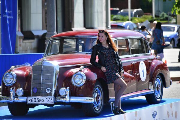 Девушка у автомобиля Mercedes Benz Type 300 Mercedes W186, который принимает участие в ралли классических ретро-автомобилей в Москве