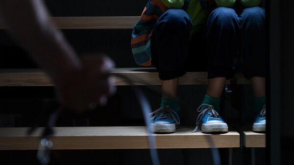 Ребенок сидит на лестнице