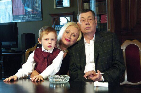 Актер Николай Караченцов с супругой Людмилой Поргиной и внуком Петей