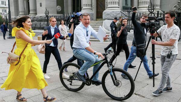 Глава Радикальной партии Олег Ляшко у здания администрации президента Украины в Киеве. 21 мая 2109