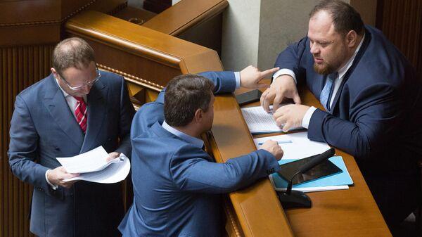Представитель президента Украины В. Зеленского в Верховной раде Украины Руслан Стефанчук (справа) на заседании Верховной рады Украины