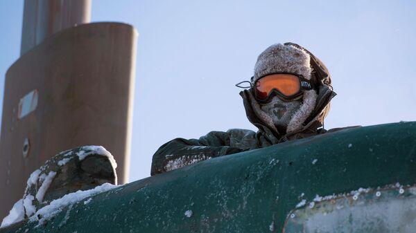 Моряк на американской подводной лодке во время учений в Арктике