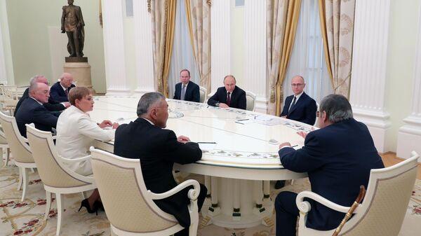 Владимир Путин во время встречи с ушедшими в отставку руководителями ряда субъектов России. 23 мая 2019