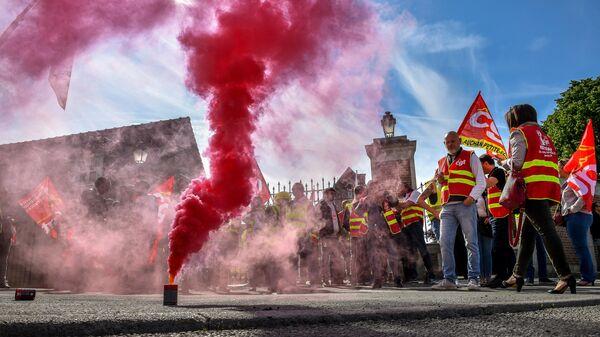 Сотрудники логистического отдела Ашан Ритейл во время протеста у штаб-квартиры компании в городе Круа, Франция