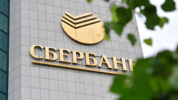 Логотип на здании центрального офиса Сбербанка в Москве