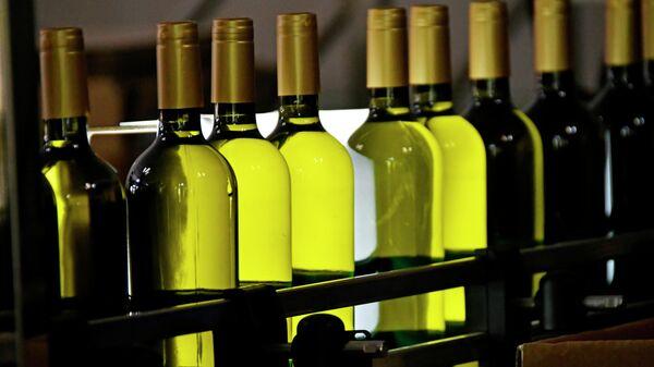 Бутылки вина на конвейере