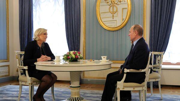 Президент РФ Владимир Путин и лидер политической партии Франции Национальный фронт, кандидат в президенты Франции Марин Ле Пен во время встречи